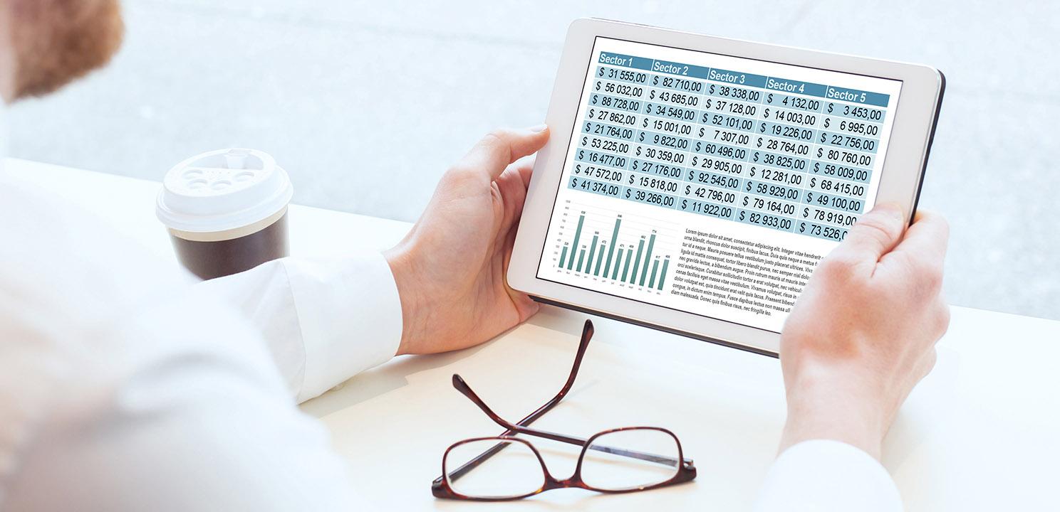 Digitale Buchhaltung: Geschäftsmann prüft die Bilanzzahlen in digitaler Form auf einem Tablet